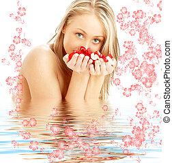 blonde , met, rood en wit, rozenblaadjes, en, bloemen, in, water