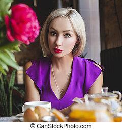 blonde, mooi en gracieus, vrouw, restaurant