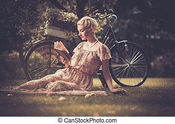 blonde , mooi, retro, vrouwenlezing, boek, op, een, weide