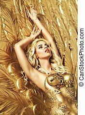 blonde , sensueel, dame, het liggen, op, de, gouden vleugels