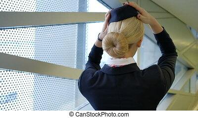 blonde, stewardess, staand, in, wachtruimte , vervelend,...