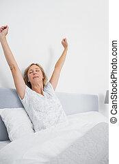 blonde, vrouw stretching, in bed, in, de, morgen