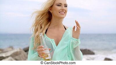 blonde , vrouwenholding, flesje bier, op, strand