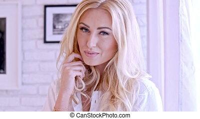 blonde , vrouwlijk, het glimlachen, op, de, fototoestel