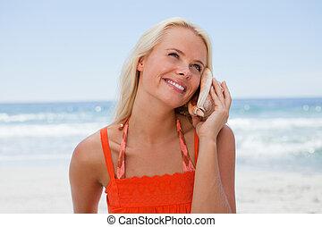 blondin, hav, medan, ljud, le, lyssnande, skal, kvinna, ung