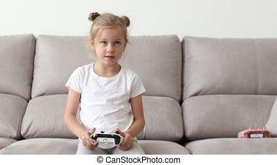 blonds, controller., utilisation, console, jouer, heureux, manche balai, girl, jeux, jeu, vidéo