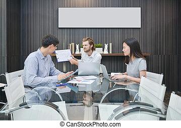 blondynka, handlowiec, składanie winy na kogoś, asian, pracownik, w, spotkanie pokój