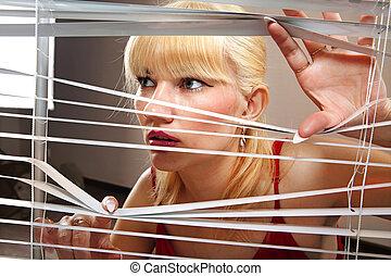 blondynka, kobieta, obserwuje, przez, zaciemnia