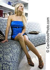 blondynka, kobieta, w, recepcyjny pokój