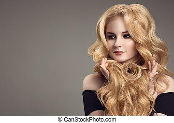 blondynka, kobieta, z, długi, kędzierzawy, piękny, hair.