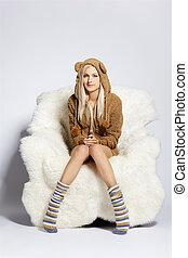 blondynka, na, futrzany, arm-chair