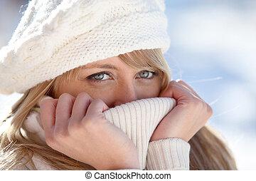 blondynka, zawinięty, w, pulower, przez, chłodny...