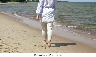 blootsvoets, wandelende, vrouw, strand, langs
