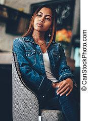 blu, donna sedendo, jeans, giovane, splendido, sedia