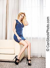 blu, donna, stanza, divano, corto, vestito bianco