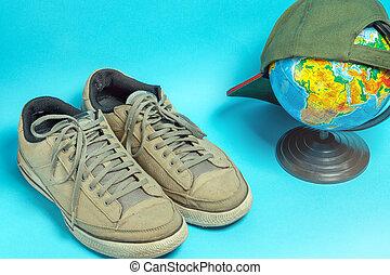 blu, grigio, vecchio, globo, portato, scarpe tennis, fondo
