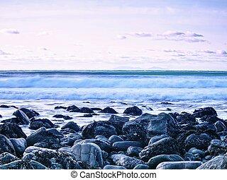 blu, tramonto, a, costa rocciosa, di, sea., lento, velocità...