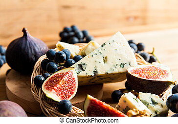 Blue cheese with fruits.