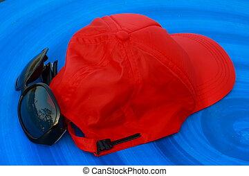blue háttér, kalap, napszemüveg, piros