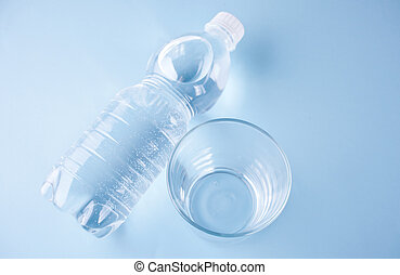 blue háttér, víz pohár, palack, üres