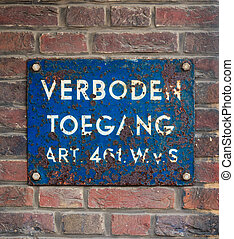 Blue plate with Dutch text 'No Trespassing'