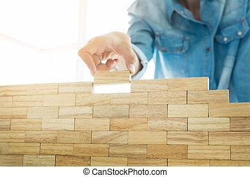 blueprint, blocos, concept., mão, projeto, jogo, madeira, arquitetônico, torre, (jenga), tocando, ou, engenheiro