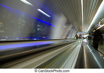 blured, abstratos, vista, de, janela, em, longo, corredor, em, edifício moderno, ligado, noturna, cidade