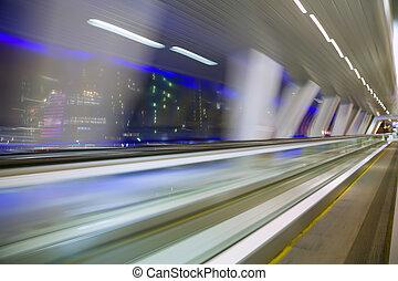 blured, résumé, vue, depuis, fenêtre, dans, long, couloir, dans, bâtiment moderne, sur, nuit, ville