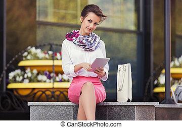blusa, predios, mulher, tabuleta, escritório negócio, jovem, computador, usando, branca, moda