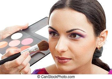 blusher, makeup, aan het dienen