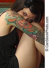 blyg, kvinnlig, med, tatuera