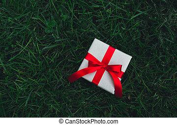 boîte, année, cadeau, valentin, anniversary., vert, présent, fond, nouveau, noël, herbe, ou, jour