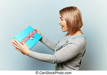boîte, bleu, cadeau, elle, arrière-plan., mains, girl