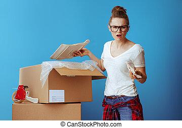 boîte, bleu, femme, malheureux, cassé, plat, carton
