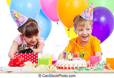 boîte, cadeau, ouverture, célébrer, fêtede l'anniversaire, enfants, heureux