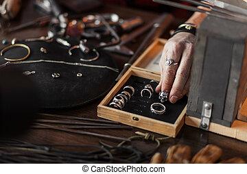boîte, différent, bois, accessoires, main, mettre, anneau, homme