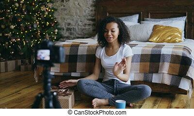 boîte, enregistrement, sur, femme, cadeau, bouclé, jeune, blog, emballage, course, vidéo, mélangé, maison, noël