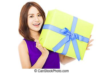 boîte, femme, cadeau, jeune, closeup, tenue, heureux