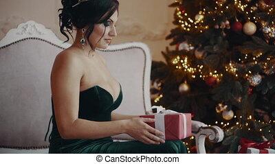 boîte, femme, cadeau, ouverture, joli, nuit