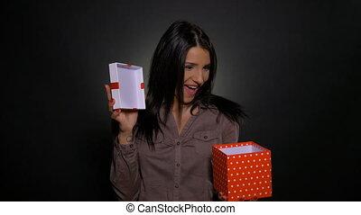 boîte, femme, cadeau, ouverture, projection, jeune, il, séduisant, tenue, surpris