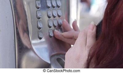 boîte, femme, extérieur, appeler, utilisation, public