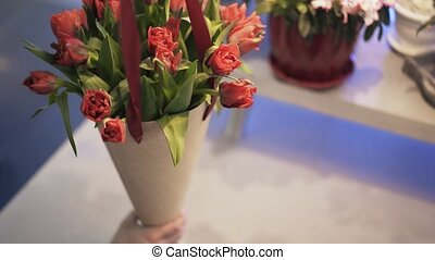 boîte, femme, inclinaison, fleurs, haut, fleuriste, arrangement, carton, rouges