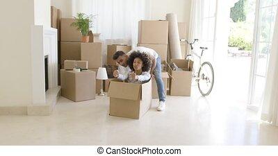 boîte, femme, intérieur, jeune, emballage, amusement
