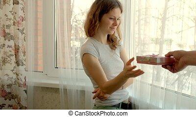 boîte, femme, reçoit, cadeau