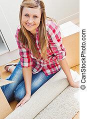 boîte, femme souriante, déballage, plancher