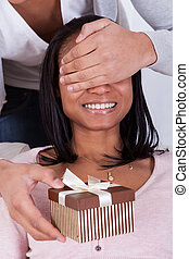 boîte, femme, surprenant, cadeau, jeune homme