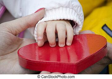 boîte, forme coeur, bébé, main, toucher
