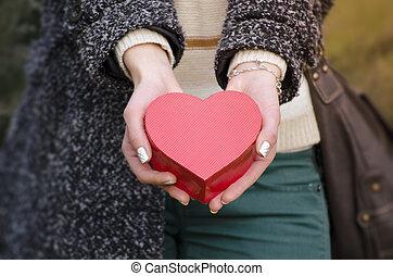 boîte, forme coeur, femme, tenant mains