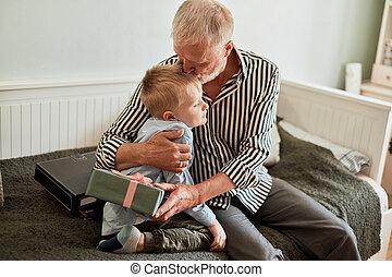 boîte, generation., petit-fils, cadeau, séance, divan, maison, grand-père
