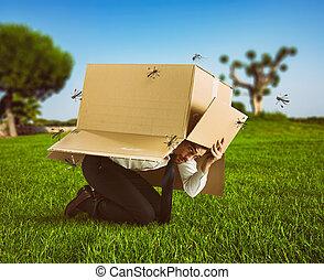 boîte, lui-même, moustiques, defends, attaque, homme, carton, dissimulation